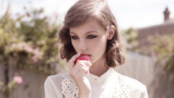 pretty-blouse-and-apple