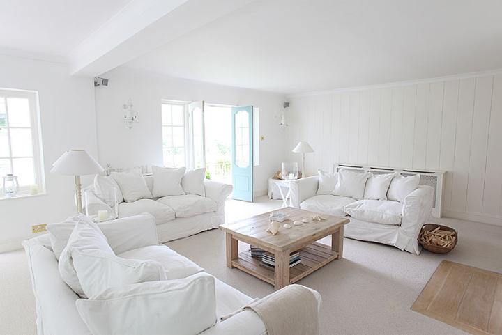 White dream house in britain for Casa moderna total white