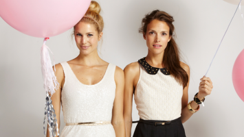 girls-with-pink-and-white-baloons
