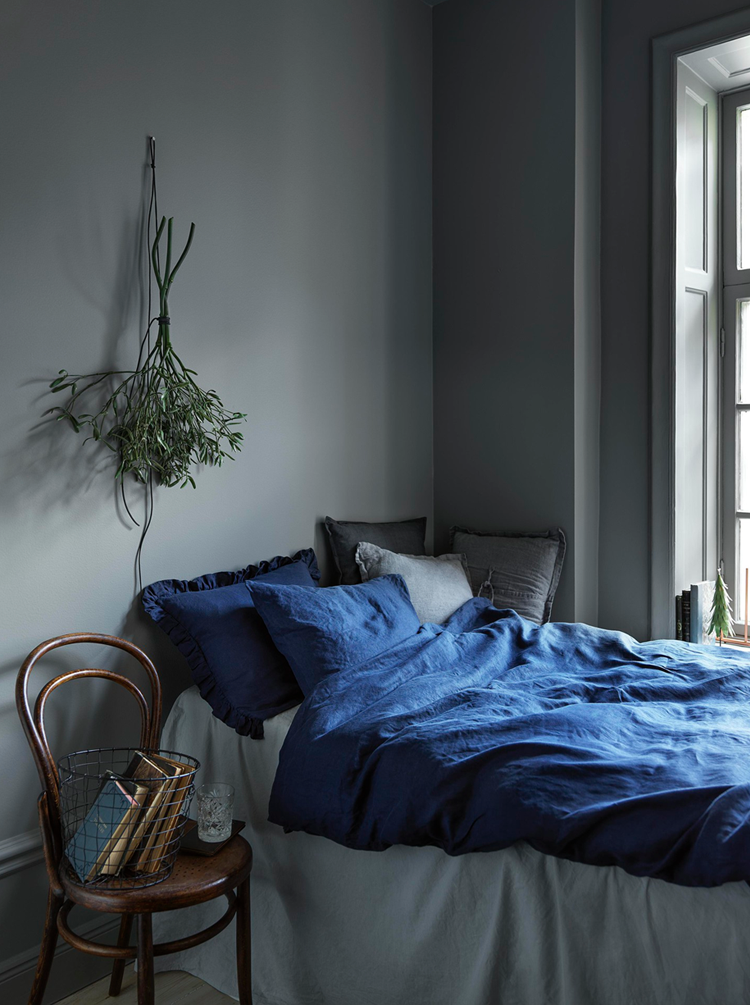 79ideas_grey_bedroom_indigo_linen_christmas_inspiration